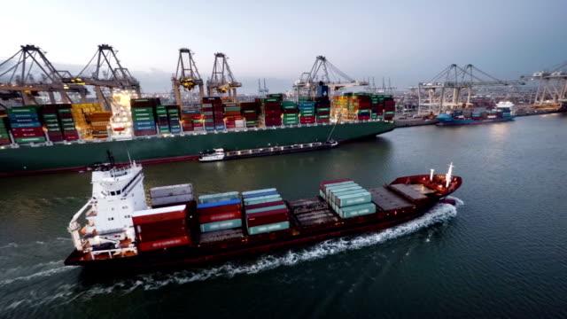 Frachtschiff nach Hafen