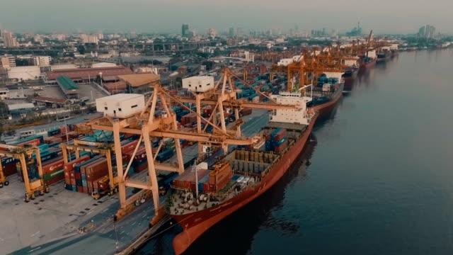 Containers schip in de haven