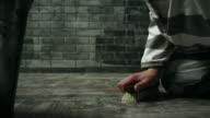 Reiniging van de vloer van de gevangeniscel in penitentiaire instelling gevangene