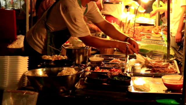 HD:  Küche in einem street hawker mobile restaurant in Thailand