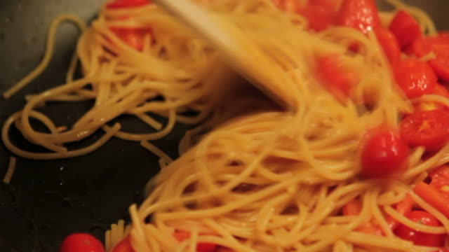 Kochen mediterrane pasta: spaghetti mit frischem pachino Tomaten, Nahaufnahme