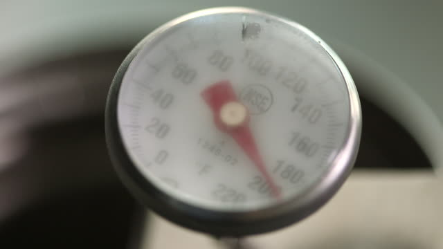Cooking thermometer reaches 200 degrees