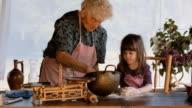 Cucinare con nonna-bellissima bambina Impara come effettuare i cookie in piena luce Vintage cucina