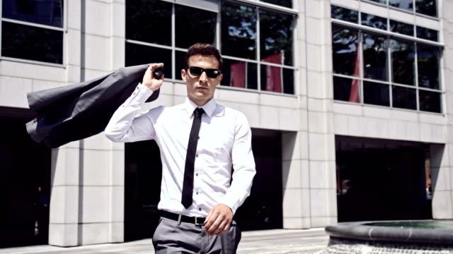 SLO MO Cool zakenman gooien een jasje over zijn schouder