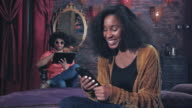 Coole Hipster jonge vrouw heeft positieve interactie met slimme telefoon