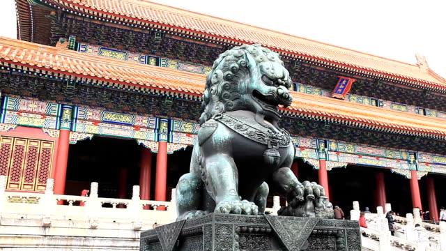 Copper lion vor dem Palast von Peking Gugong im Schnee.