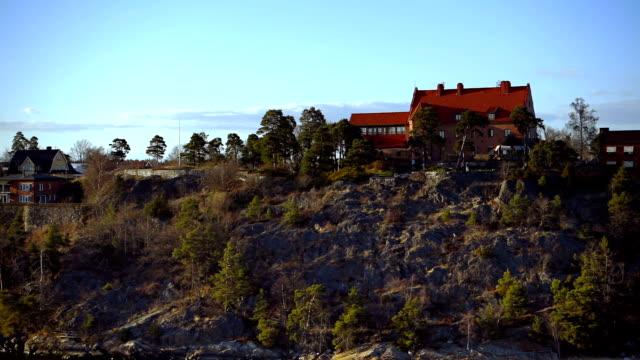 Cottages op een rotsachtig eiland