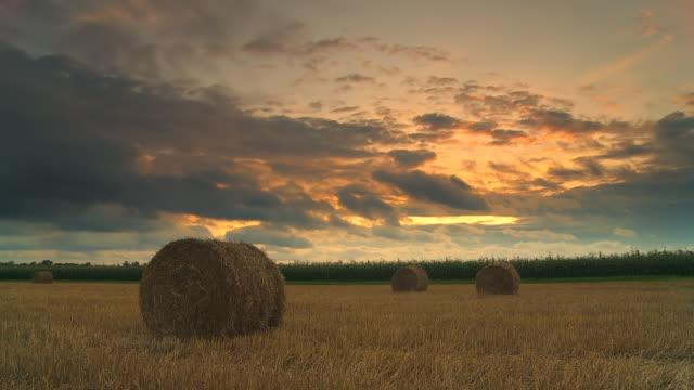 HD-ZEITRAFFER: Land Wolkengebilde bei Sonnenuntergang