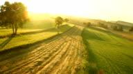 Luftaufnahme der Landschaft In den Sonnenuntergang