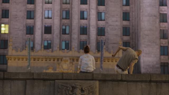 Paar gegen Hintergrund der Beton Wand.