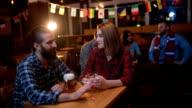 Paar aan de bar