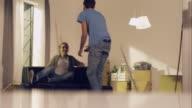 Coppia che trasportano divano nel nuovo appartamento e sedere