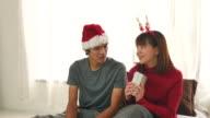 Paar vieren met de gift van Kerstmis thuis