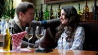 Coppia, bere vino in Café