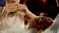 Coppia mangiare fast food in un ristorante di