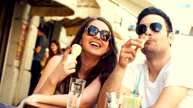 Paar eten van ijs op een café slow-motion.