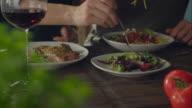 Coppia, mangiare cibo self-in in cucina