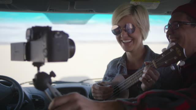 Paar filmt ein Lied