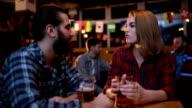 Paar flirten in de bar