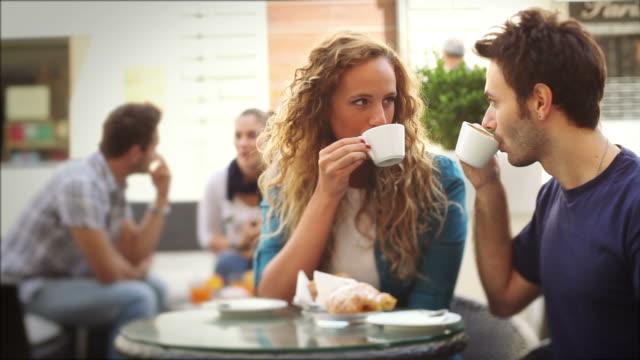 Coppia che gusta una prima colazione italiana