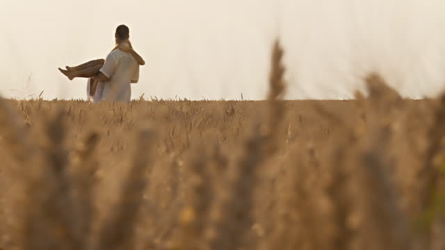 HD DOLLY: Couple in wheat