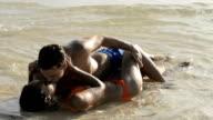 Coppia baciare e delicata in acqua