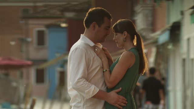 MS TU Couple kissing on street / Murano