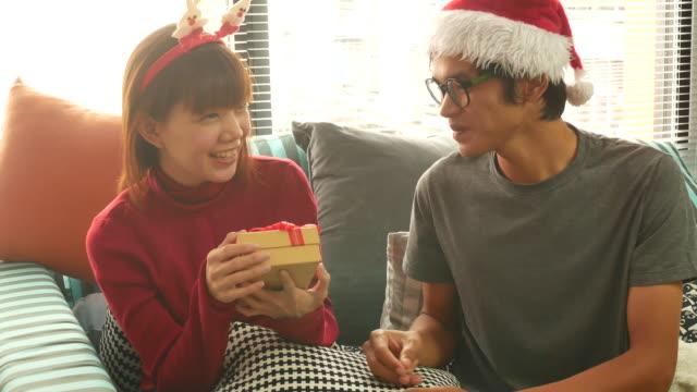paar love gift geven in kerst evenement