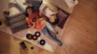 Paar liegen auf dem Teppich und Entspannen