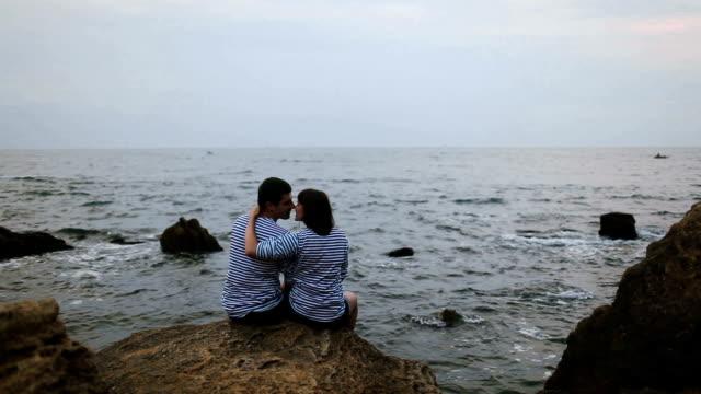 Coppia vicino al mare