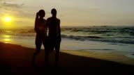 Coppia su una spiaggia tropicale alle Hawaii per una luna di miele vacanza
