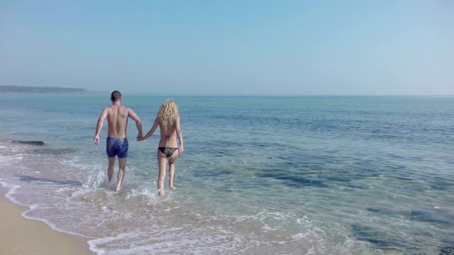 Coppia sulla spiaggia a rallentatore