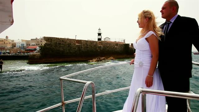 Coppia sul mobile vicino alla fortezza yacht