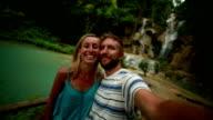 Paar im Urlaub Schülern in der Nähe der Wasserfälle