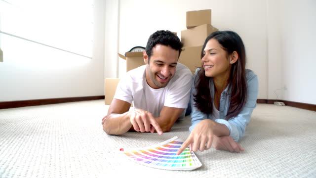Coppia di dipingere la casa