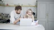 Paar betalen van rekeningen op de laptop en praten