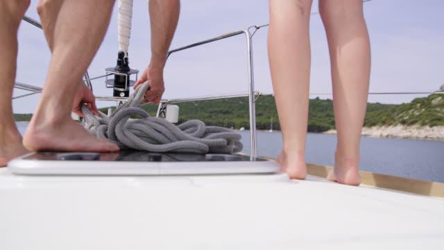 MS LA paar Vorbereitung ein Seil, ein Boot zu binden