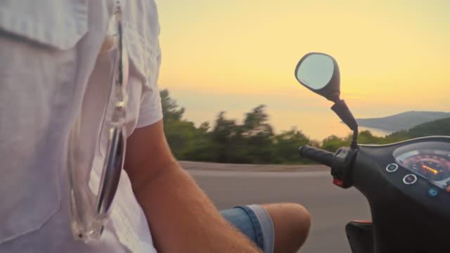 POV Paar auf einem scooter