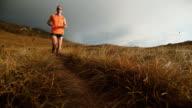 SLO MO paar Laufen auf die Berge