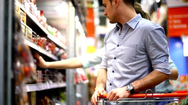 Coppia shopping al supermercato.