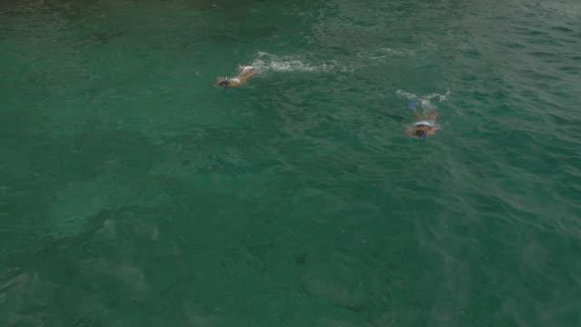 Paar snorkelen in warme oceaan