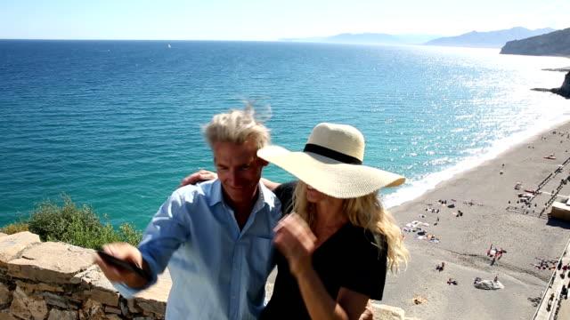 Paar nehmen selfie Bild der Steinmauer über dem Strand