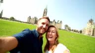 Paar nehmen selfie auf der Vorderseite des kanadischen Parlaments