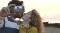 Paar mit selfin am Strand mit Handy-Kamera