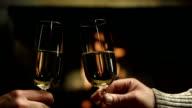 HD DOLLY: Paar beim Anstoßen mit Champagner
