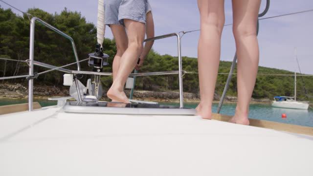 WS-LA-paar binden ein Boot an der Boje in der Bucht
