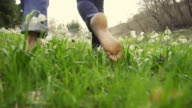 - SUPER ZEITLUPE, HD: Paar Walking Barefoot In The Meadow