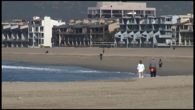 (HD1080) Paar zu Fuß am Strand in urbaner Atmosphäre