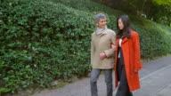 Paar buitenshuis samen wandelen