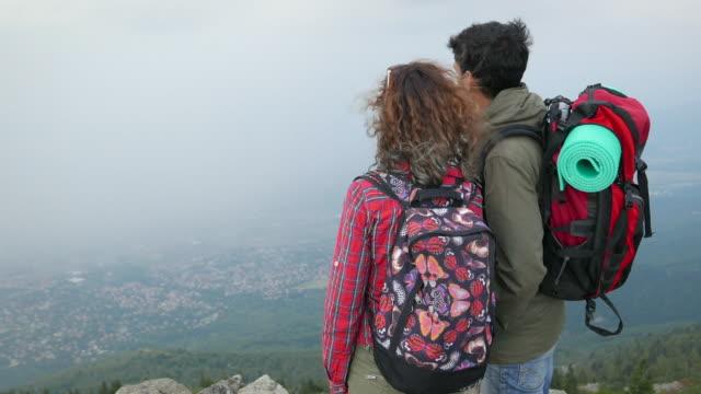 Paar kijken naar de vallei van bovenaf